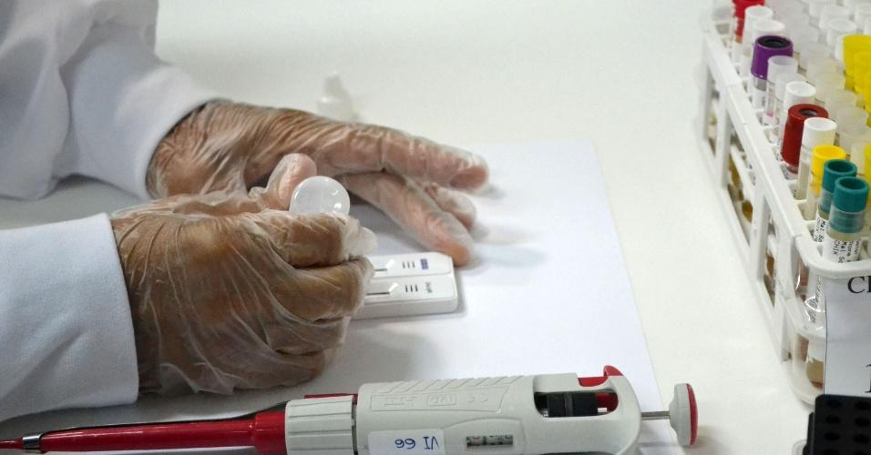 31.mai.2016 - A Fundação Bahiafarma lançou nesta terça-feira em, em Salvador, o primeiro teste rápido nacional do vírus da zika, que apresenta resultado em 20 minutos. O Estado deve produzir inicialmente 500 mil testes
