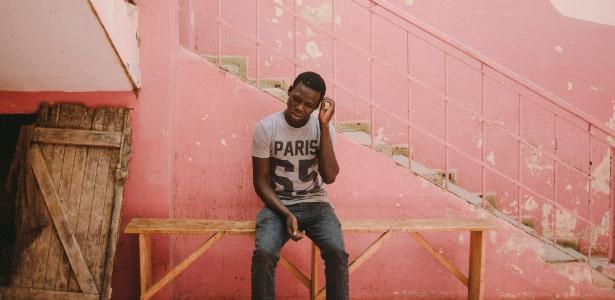 Samba Thiam, que recentemente deixou seu vilarejo natal em busca de trabalho, em Dacar, capital do Senegal