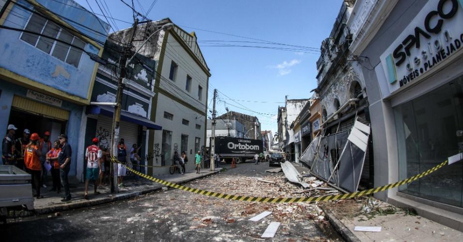 18.jun.2016 - Incêndio em uma loja da rua Gervásio Pires, no centro de Recife, destruiu o estabelecimento e assustou moradores da região. Segundo os bombeiros, o fogo começou durante no depósito da loja, durante a madrugada, e rapidamente se alastrou. Não houve vítimas