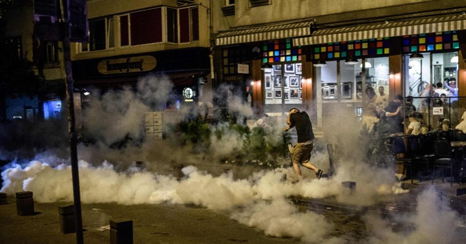 """18.jun.2016 - Polícia turca usa gás lacrimogênio para dispersar manifestantes de um ato contra o ataque de islamitas a jovens que ouviam o novo álbum do grupo de rock britânico Radiohead em uma loja em Istambul, na Turquia. Aos gritos de """"Que fazem aqui durante o Ramadã? Saiam daqui!!"""", quase vinte pessoas enfurecidas invadiram a loja Velvet IndieGround, no bairro boêmio de Tophane, onde os fãs do grupo ouviam o álbum """"A Moon Shaped Pool"""", lançado em maio"""