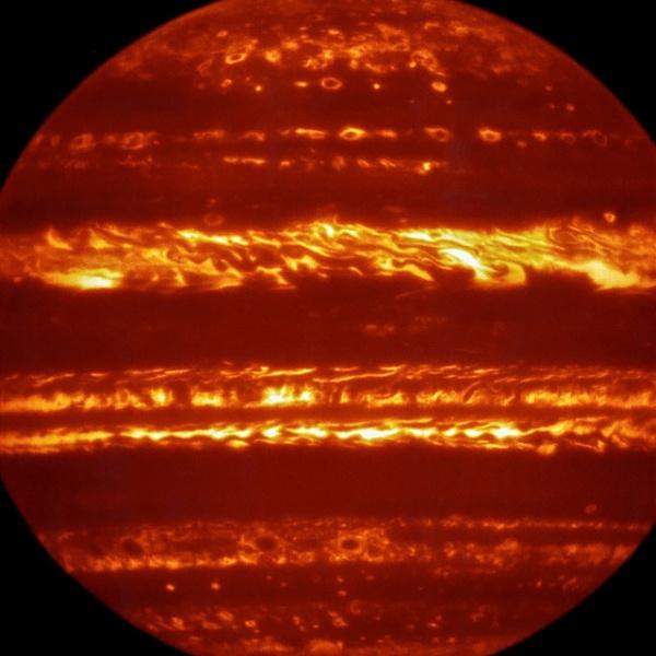 27.jun.2016 - DETALHES DE JÚPITER - Em preparação para à chegada da sonda Juno à Júpiter, astrônomos divulgaram imagens infravermelhas do maior planeta do Sistema Solar. A imagem foi colorida artificialmente com um equipamento utilizado para estudar a luz de objetos celestes. A sonda Juno foi lançada em 2011, e inicia em 4 de julho uma missão de estudos sobre Júpiter. O trabalho deve levar 16 meses