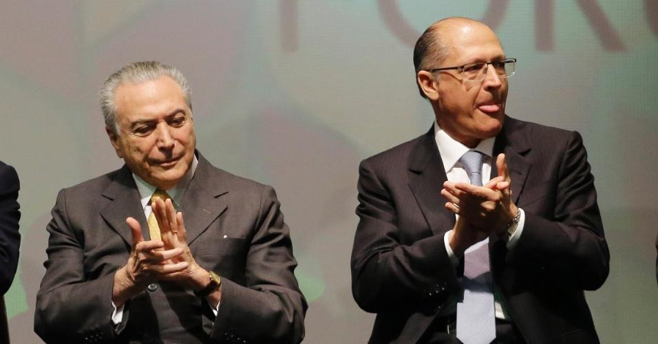 """4.jul.2016 - O presidente interino, Michel Temer (PMDB), cumprimenta o governador de São Paulo, Geraldo Alckmin (à direita), em cerimônia de abertura oficial do Global Agribusiness Forum 2016, em São Paulo. No evento, Alckmin disse que """"Destino colocou a Temer desafio de retomar primavera de democracia"""""""