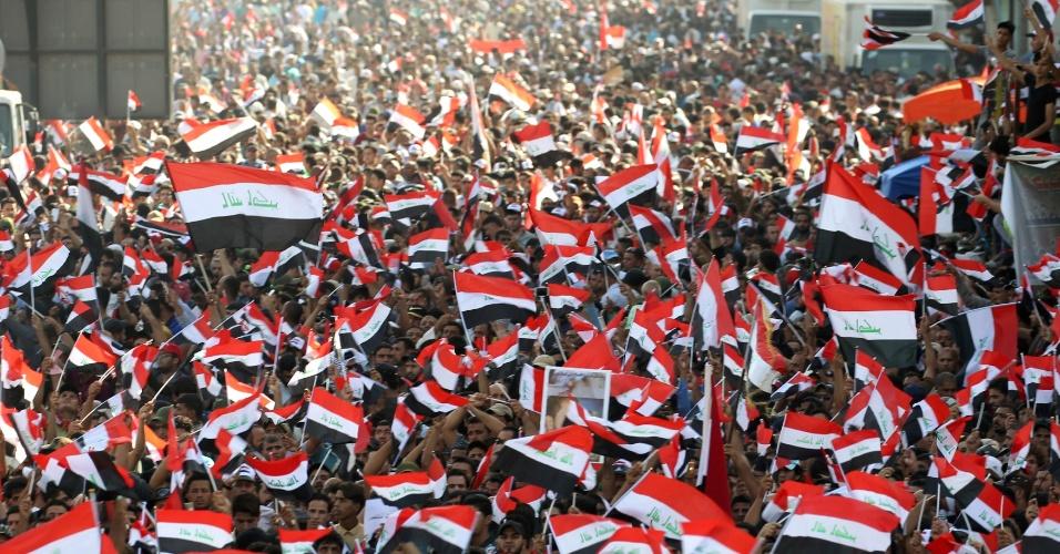 15.jul.2016 - Milhares de seguidores do clérigo xiita Moqtada al-Sadr participam de protesto contra a corrupção na praça Tahrir, em Bagdá. O clérigo é um dos religiosos mais influentes e populares do Iraque, apesar de não possuir um título oficial no governo