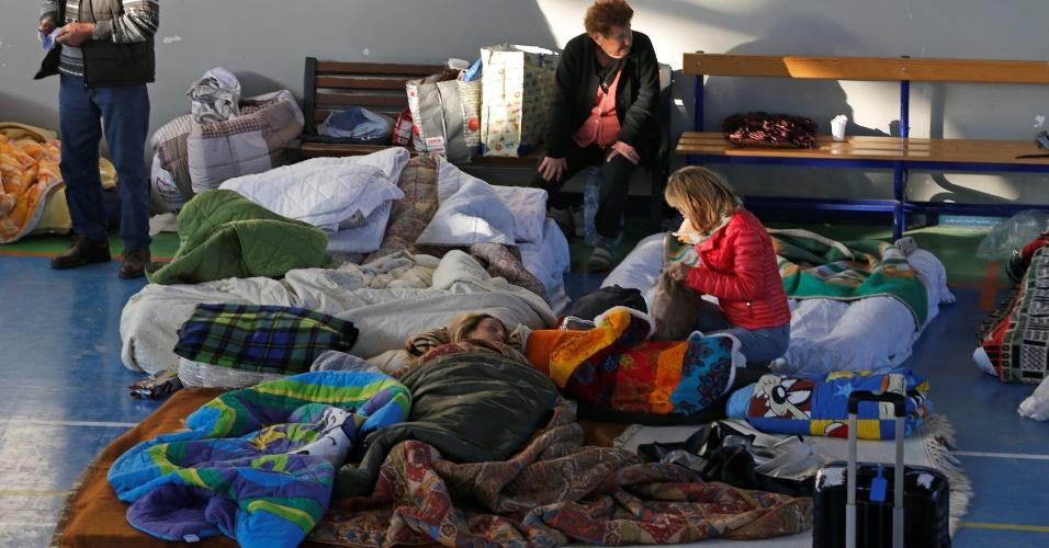 25.ago.2016 - Moradores de Amatrice, na Itália, passam a noite em um abrigo depois de serem desalojados por conta do forte terremoto que aingiu a cidade no dia anterior