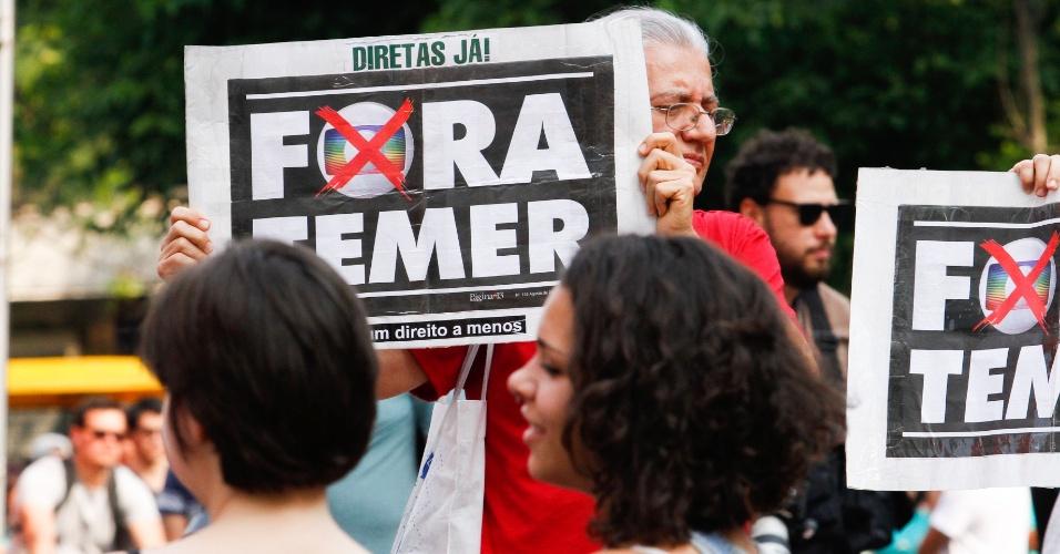 18.set.2016 - Manifestantes se reúnem em frente ao Masp (Museu de Arte de São Paulo ), na av. Paulista, para mais um ato contra o presidente Michel Temer e por novas eleições presidenciais