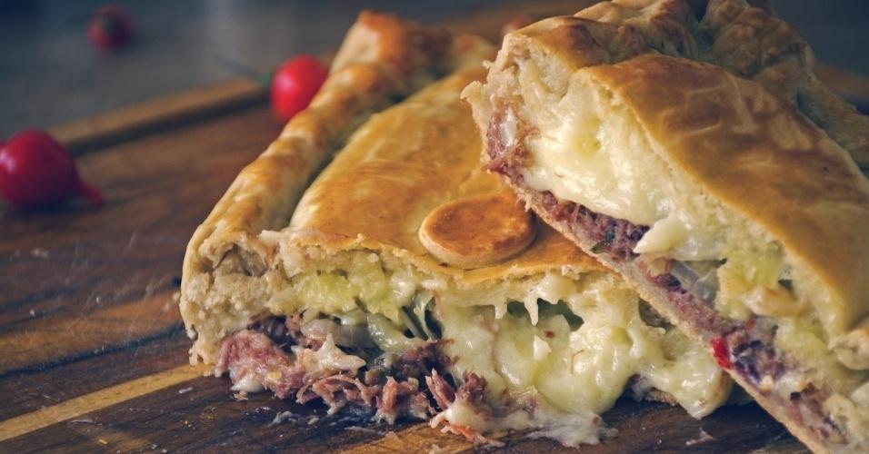 Torta de carne seca desfiada com pimenta biquinho, cebola caramelizada e queijo coalho com requeijão, da Helpie Tortas