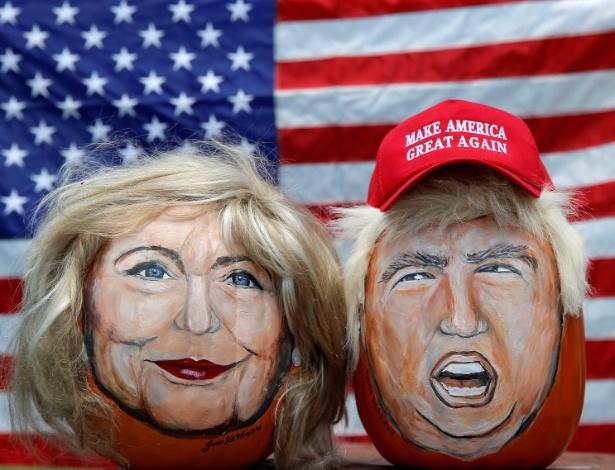 Imagens dos candidatos presidenciais Hillary Clinton (esq) e Donald Trump são pintadas em abóboras decorativas criadas pelo artista John Kettman em LaSalle (Illinois)