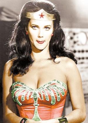 A atriz Lynda Carter durante a gravação do seriado A Mulher-Maravilha
