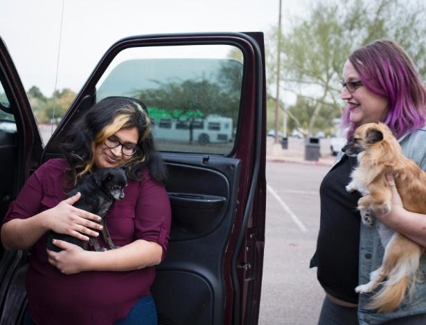 Nina Chaubal (esq) e sua mulher, Greta Martela, ambas transgênero, após Chaubal ser solta do Centro de Detenção Eloy, no Arizona