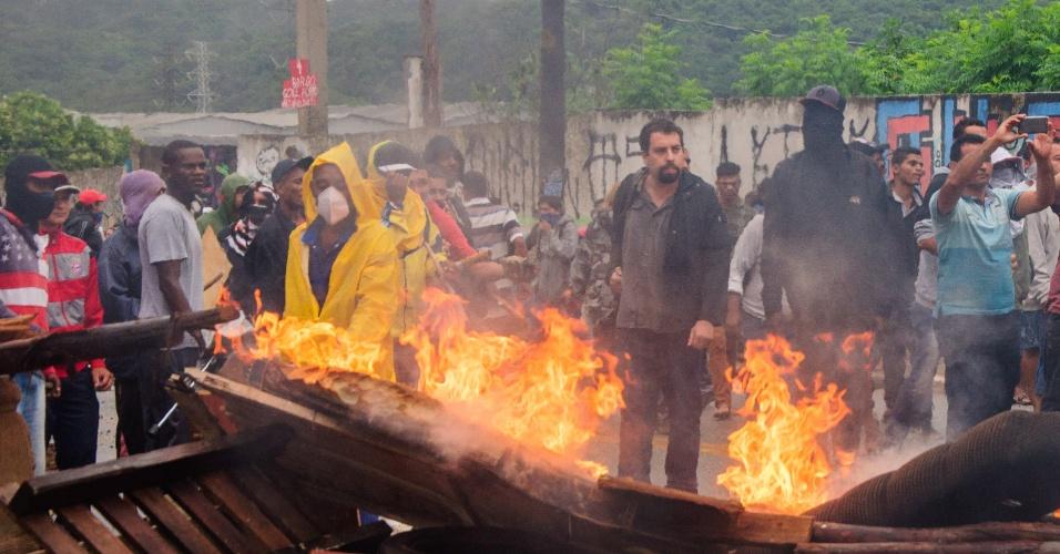 17.jan.2017 - Guilherme Boulos, coordenador nacional do MTST (Movimento dos Trabalhadores Sem-Teto), acompanha ação de reintegração de posse na ocupação Colonial, na leste de São Paulo