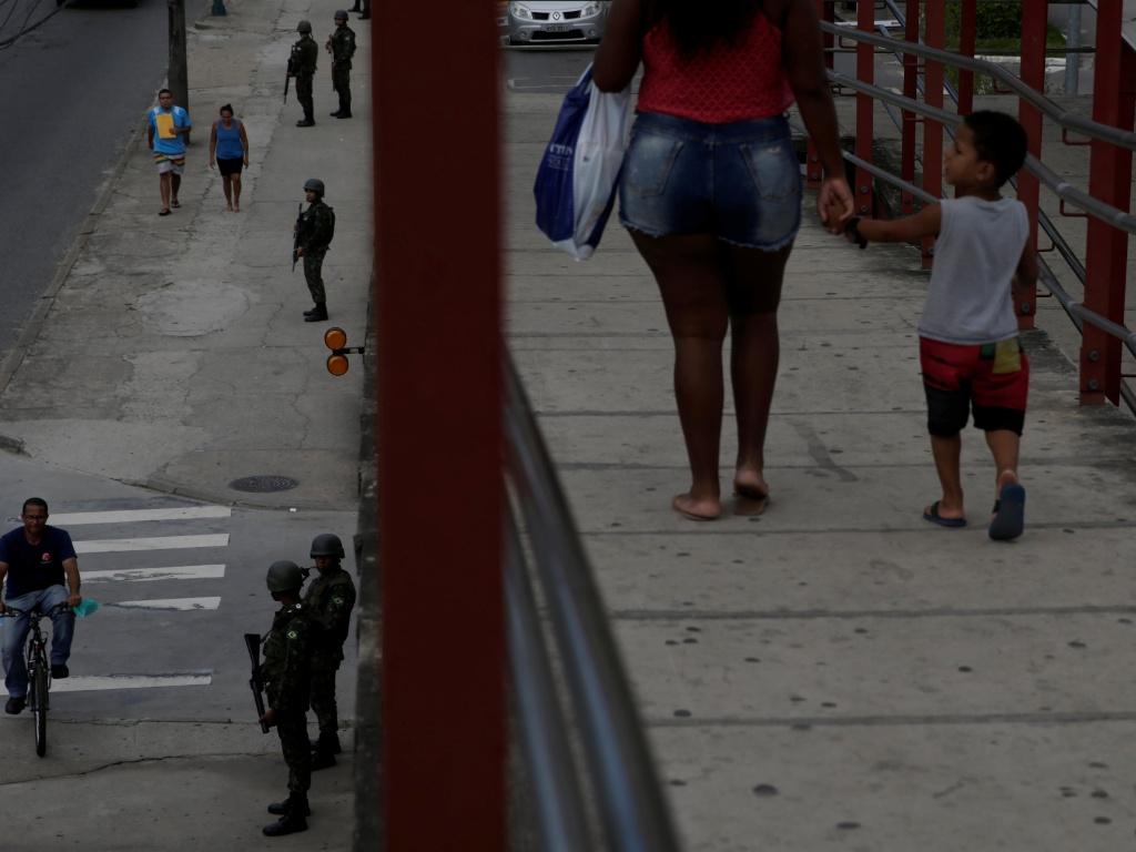 14.fev.2017 - Na avenida Brasil, uma das principais vias do Rio de Janeiro, o policiamento do Exército é feito de maneira ostensiva