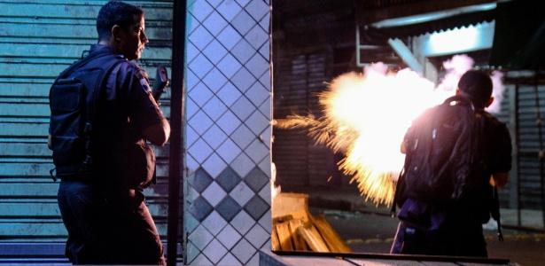 Na noite desta terça (26), houve um intenso tiroteio no Complexo do Alemão entre PMs e traficantes de drogas