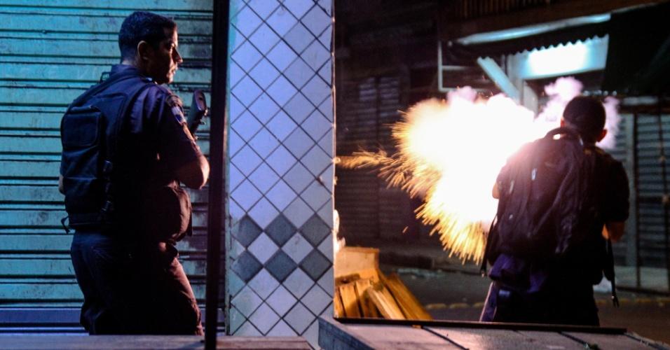 26.abr.2017 - Policiais militares em confronto com traficantes do Complexo do Alemão, na zona norte do Rio de Janeiro. A região sofre com o declínio das UPPs (Unidades de Polícia Pacificadora) e com os tiroteios constantes nas favelas. Em cinco dias, quatro pessoas morreram