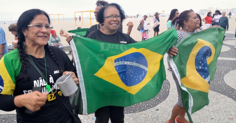 21.mai.2017 - No Rio de Janeiro, manifestantes se reuniram em frente ao hotel Copacabana Palace para cobrar prisão aos corruptos e eleições diretas