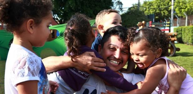 O professor José Tiago França, responsável por uma turma de crianças de 2 anos em uma creche da zona leste de São Paulo - Hélvio Romero/Estadão Conteúdo