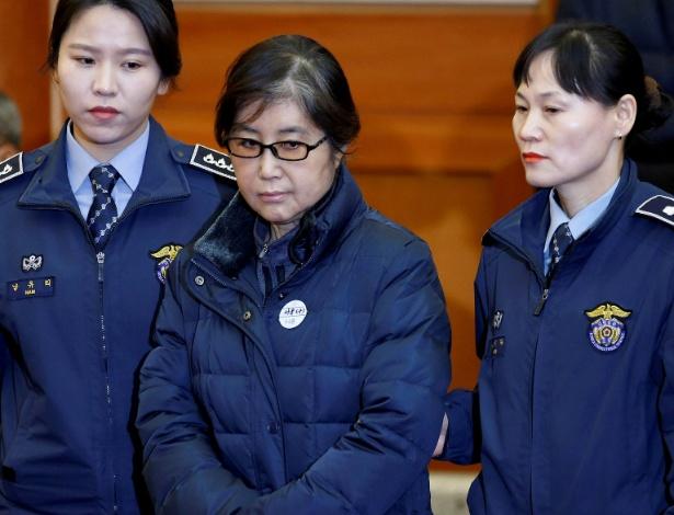 Choi Soon-sil chega para ouvir a sentença do juiz de três anos de prisão