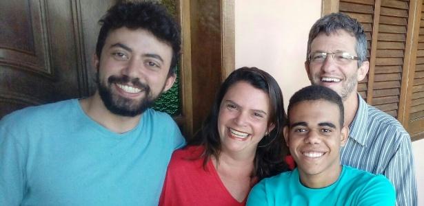 19.jul.2017 - Aos 18 anos, Wlliams (à dir.) foi adotado por uma família de Belo Horizonte