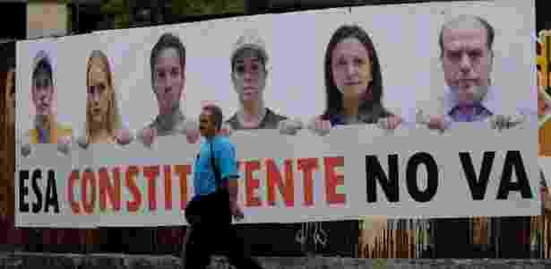 """24.jul.2017 - Homem passa por cartaz que diz """"Essa Constituinte não vai acontecer"""", em Caracas, na Venezuela - Ueslei Marcelino/Reuters"""