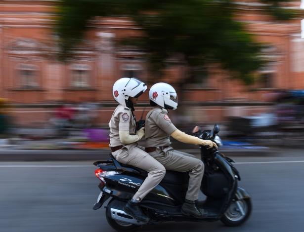 14.jun.2017 - Policiais da nova unidade feminina fazem patrulha em Jaipur, na Índia - Chandan Khanna/AFP