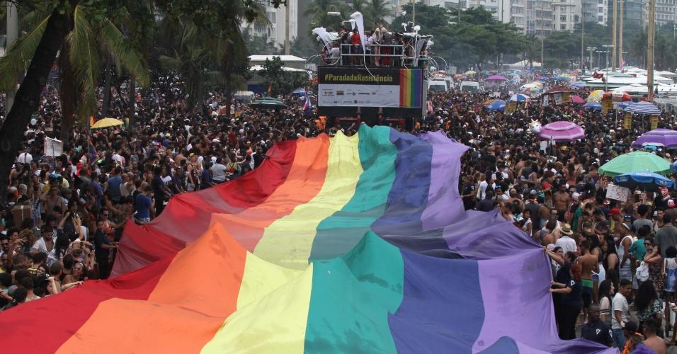 19.nov.2017 - Movimentação durante a 22ª Parada do Orgulho LGBTI, na praia de Copacabana, na zona sul do Rio de Janeiro