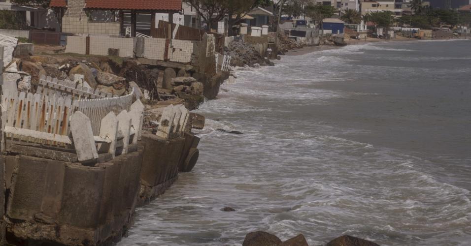 23.nov.2017 - Água do mar alcança e derruba muros de construções na praia dos Ingleses, ao norte de Florianópolis