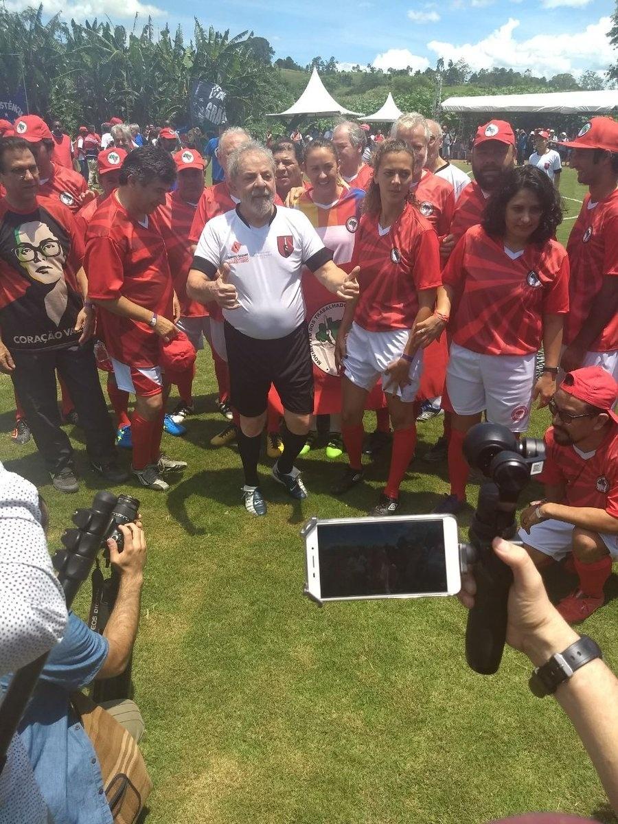 23.dez.2017 - Ex-presidente Lula participa de partida para inaugurar campo de futebol em homenagem ao ex-jogador Sócrates