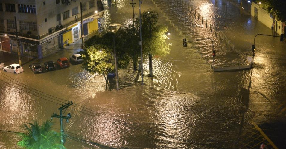 15.fev.2018 - Forte chuva atinge a cidade do Rio de Janeiro na madrugada desta quinta-feira, deixando o Rio Joana transbordado, com vários bolsões de água no seu entorno