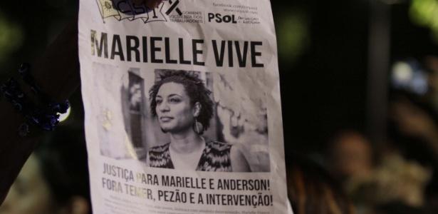 Cartaz com imagem de Marielle Franco é empunhado por manifestante no Rio - José Lucena/Futura Press/Estadão Conteúdo