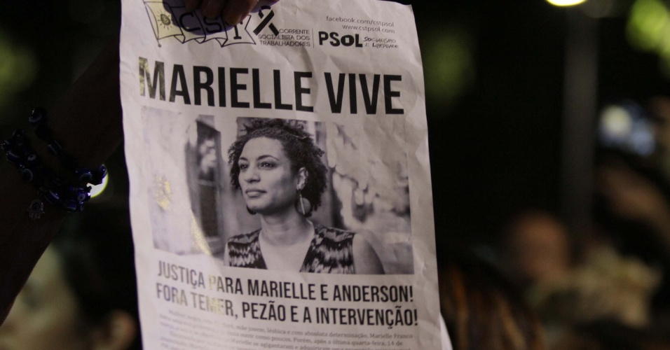 "20.mar.2018 - ""Marielle Vive"", exibe cartaz durante ato que marca o sétimo dia de morte da vereadora Marielle Franco e do seu motorista Anderson Gomes realizado na Candelária, região central do Rio de Janeiro"