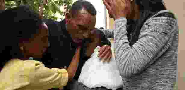 23.jul.2018 - Addisalem encontra a mulher, Nitslal Abraha, 58, professora, e suas filhas pela primeira vez em 18 anos após fim da guerra entre Etiópia e Eritreia - Tiksa Negeri / Reuters Wider Image - Tiksa Negeri / Reuters Wider Image