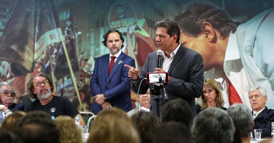 18.out.2018 - Candidato à presidência da República pelo PT, Fernando Haddad, durante encontro com juristas no Matsubara Hotel, em São Paulo (SP), na manhã desta quinta-feira (18)