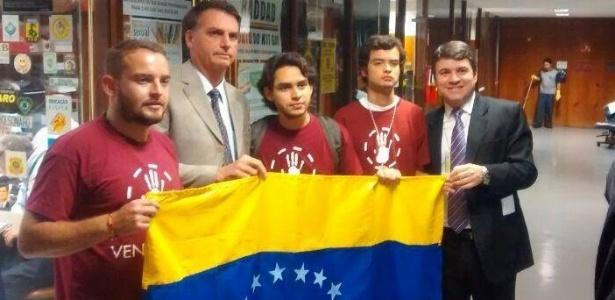 Em maio de 2014, Jair Bolsonaro recebe estudantes venezuelanos em Brasília - Reprodução/Facebook