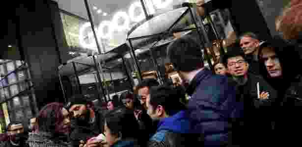 Funcionários ficam do lado de fora dos escritórios do Google depois de sair como parte de um protesto global sobre questões do local de trabalho, em Londres, Inglaterra - Toby Melville/Reuters