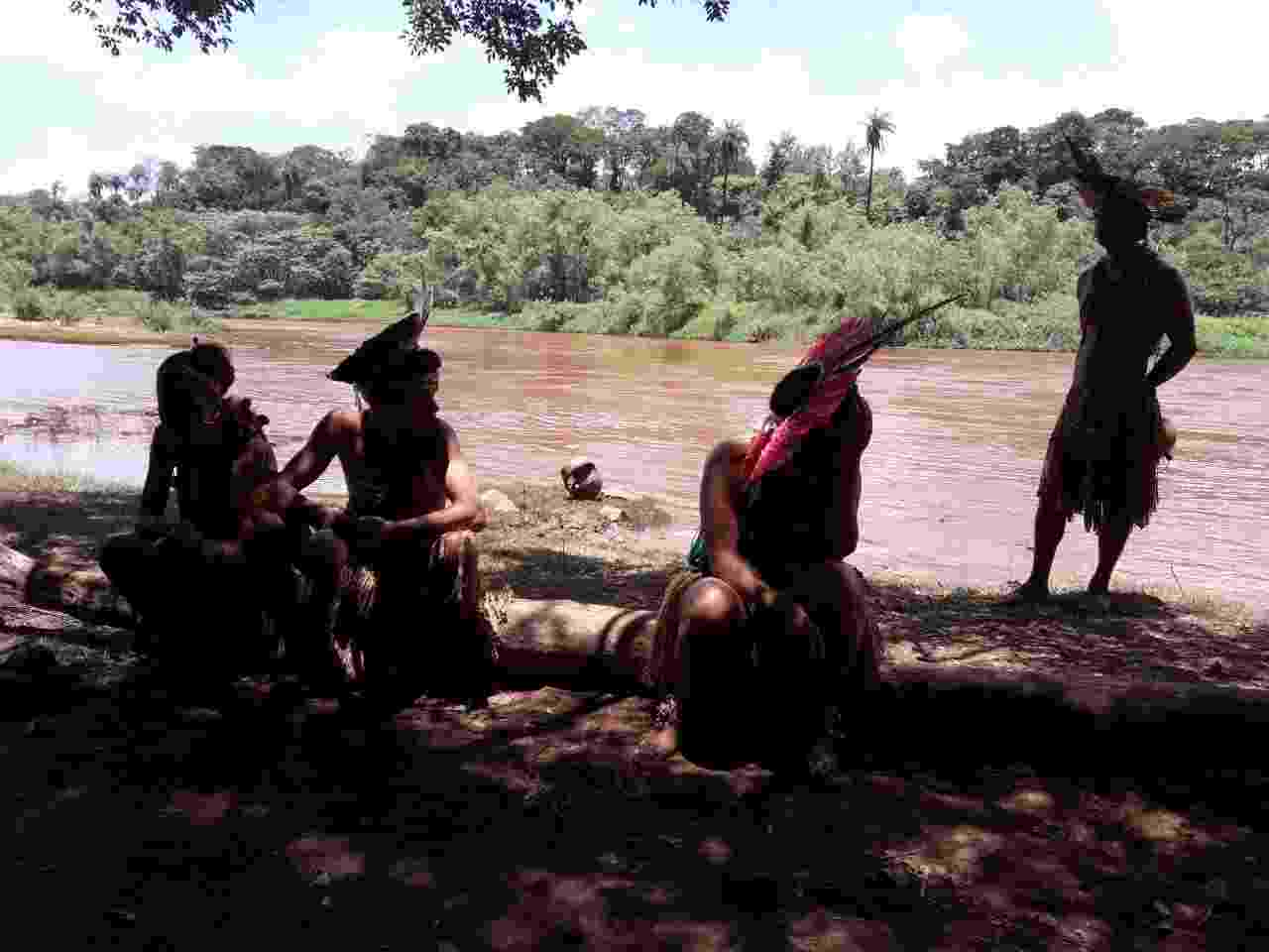 Índios observam rio Paraopeba contaminado pela lama que vazou da barragem da Vale em Brumadinho - Diego Toledo / Colaboração para o UOL