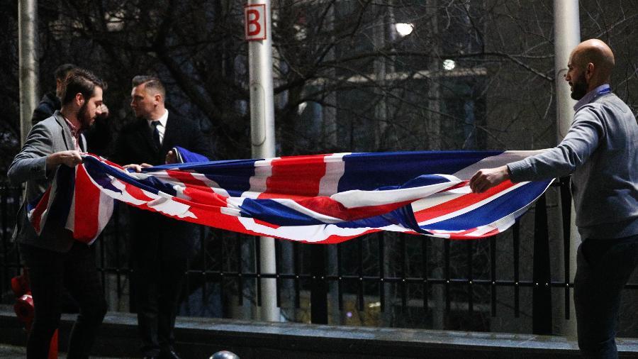 Funcionários retiram bandeira do Reino Unido da fachada do Parlamento Europeu, em Bruxelas, na Bélgica - Xinhua/Zheng Huansong