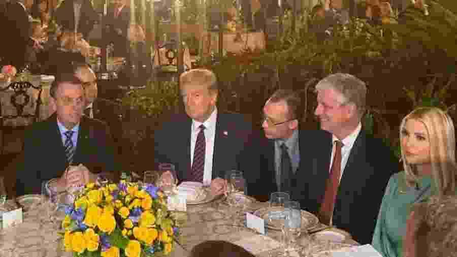 O presidente do Brasil, Jair Bolsonaro, e o presidente dos Estados Unidos, Donald Trump, durante jantar na Flórida - Rodrigo Constantino/Jovem Pan