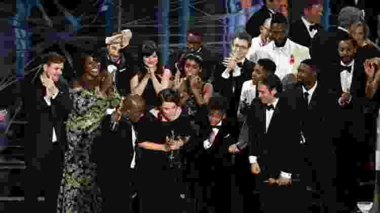 Elenco e equipe técnica de 'Moonlight - Sob a Luz do Luar' sobem ao palco após vitória no Oscar em 2017 - Getty Images - Getty Images