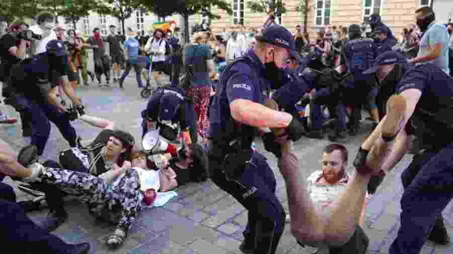 7.ago.2020 - Policiais prendem manifestantes LGBT em Varsóvia, na Polônia - Janek Skarzynski/AFP