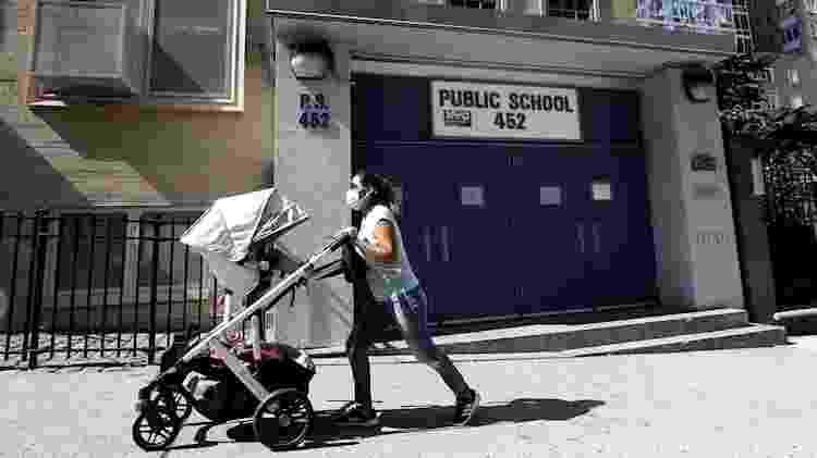 12.ago.2020 - Mulher passa em frente a escola pública fechada na cidade de Nova York, nos Estados Unidos - EFE/EPA/Peter Foley - EFE/EPA/Peter Foley