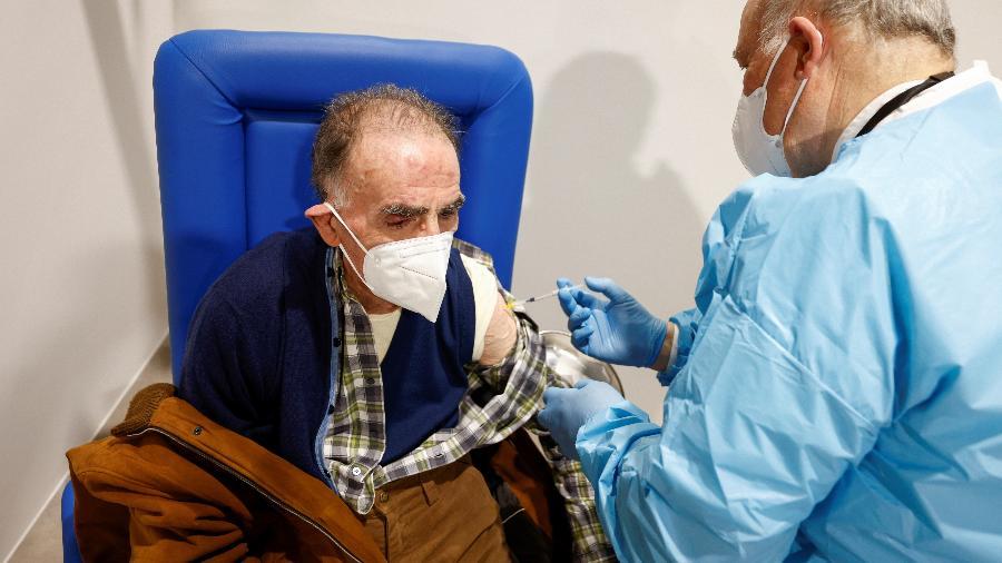 Idoso é vacinado na primeira fase de imunização contra a covid-19 em Roma, na Itália - REUTERS/Guglielmo Mangiapane