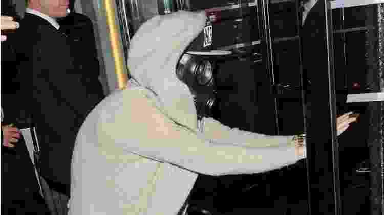 Justin Bieber tentando se esconder atrás de uma máscara - Getty Images - Getty Images