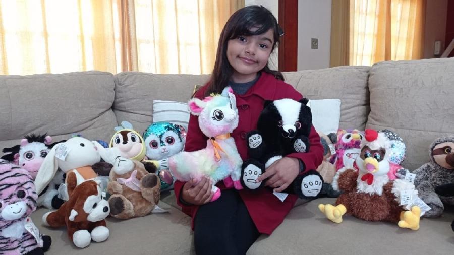 Maria Clara Ribeiro, de 6 anos, conseguiu pegar mais de 50 pelúcias em máquina de mercado - Arquivo pessoal