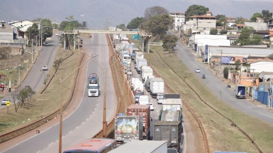 A greve dos caminheiros em Igarapé, na BR-381, região metropolitana de Belo Horizonte (MG), foi interrompida no fim da manhã de hoje com liberação da pista - FERNANDO MICHEL/ESTADÃO CONTEÚDO