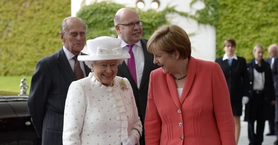 24.jun.2015 - Rainha Elizabeth 2ª e seu marido, o príncipe Philip, duque de Edimburgo (esquerda) são recebidos pela chanceler alemã, Angela Merkel, em Berlim. A rainha cumpre uma visita oficial de três dias que inclui uma passagem pelo antigo campo de concentração nazista de Bergen-Belsen