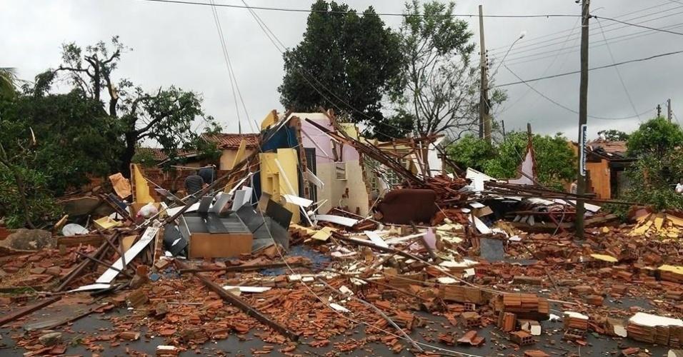 11.set.2015 - Um temporal que atingiu a cidade de Panorama, no oeste paulista, no final da tarde de quinta-feira (10), destelhou casas, derrubou árvores e deixou um morador ferido.  Em várias residências, os telhados foram arrancados por fortes rajadas de vento
