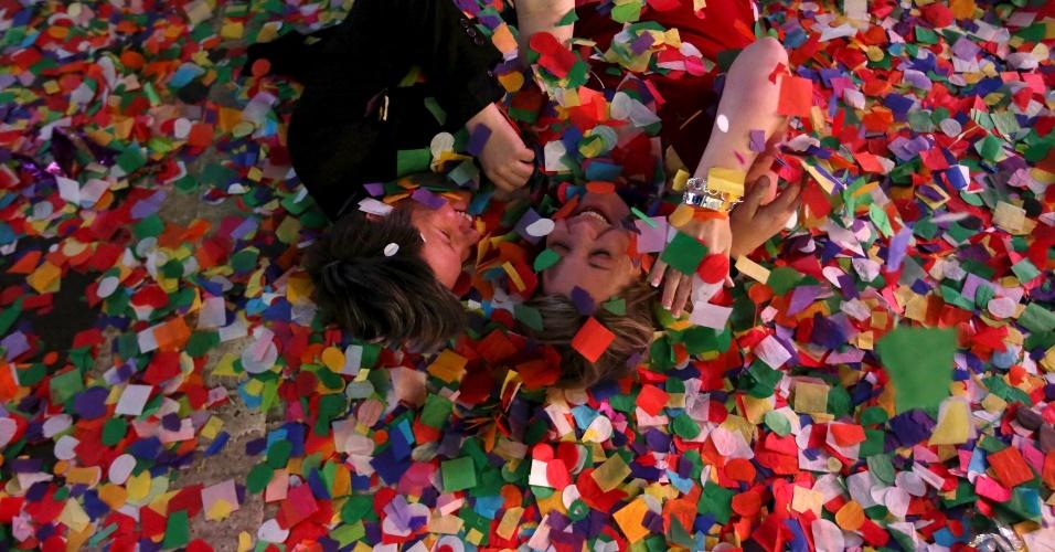 Chuva de confetes na Times Square proporcionou diversão na virada do ano em Manhattan, Nova York