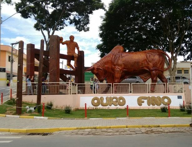 """A estátua do """"boi sem coração"""" que matou o """"menino da porteira"""" foi inaugurada em dezembro em Ouro Fino (MG)"""