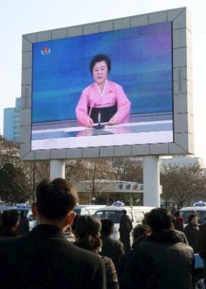 Norte-coreanos assistem a telão com transmissão de anúncio de testes nucleares em Pyongyang, na Coreia do Norte