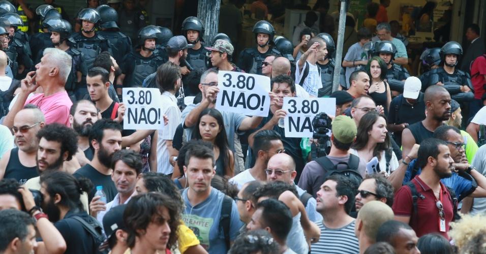 8.jan.2016 - Policiais acompanham movimentação de manifestantes em frente ao Teatro Municipal de São Paulo, no centro da capital paulista, em concentração para ato contra o aumento do valor da tarifa do transporte público na cidade. A partir de sábado (9), a passagem, que custa R$ 3,50, vai para R$ 3,80