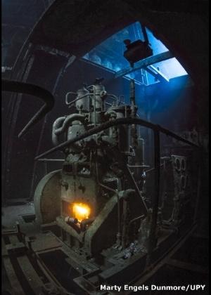 """19.fev.2016 - Marty Engels Dunmore, de Suffolk, foi nomeado a Mais Promissora Fotógrafa Britânica Submarina por sua imagem """"Fired Up"""" no naufrágio Kittiwake, na Grande Cayman"""